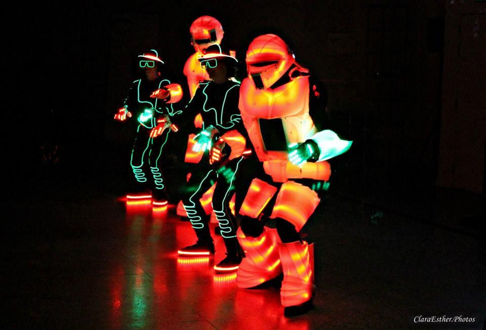 Espectáculo de baile con trajes luminosos 4 bailarines